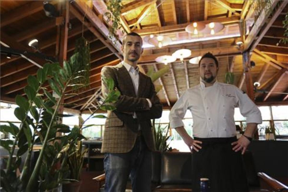 Jordi Ciuraneta y Josep Badrinas, en el comedor de La Balsa. Foto; Danny Caminal