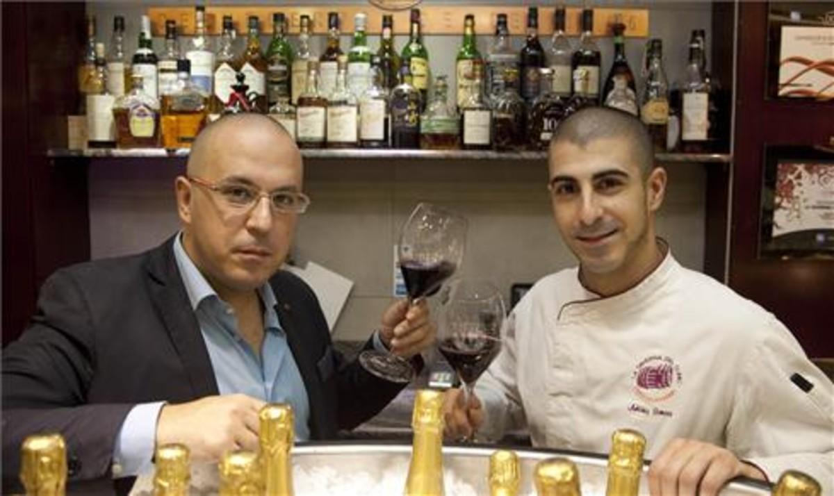 Los hermanos Manu y Toni Camôes, tras la barra de La Taverna del Clínic. Foto: Juan Pedro Chuet-Missé.