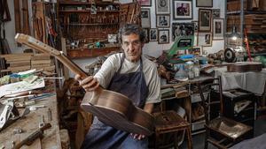 Gabriel Fleta, luthier, en su taller de Sants.