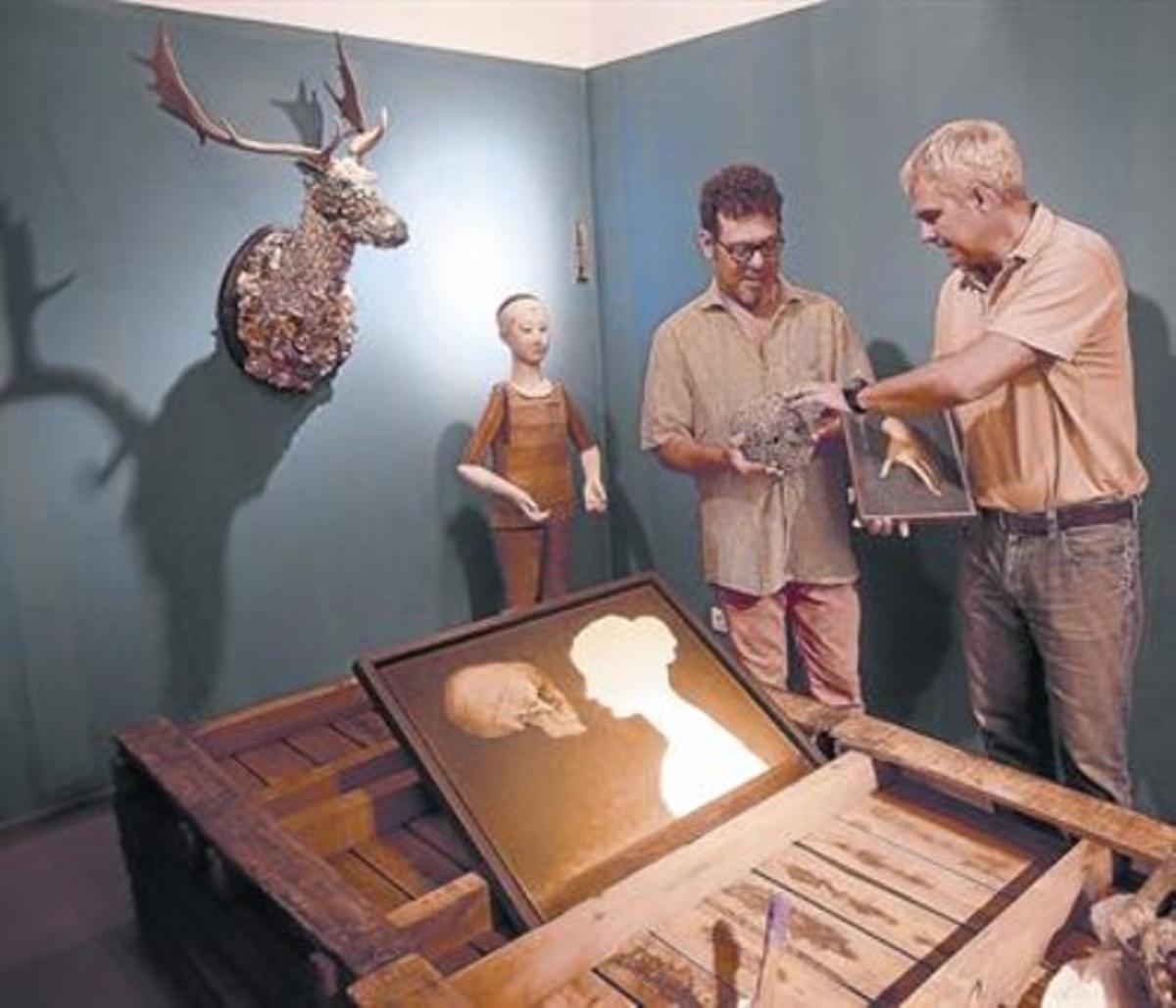 Pablo Milicua y Artur Ramon, durante la transformación de la galería en un cámara de las maravillas.