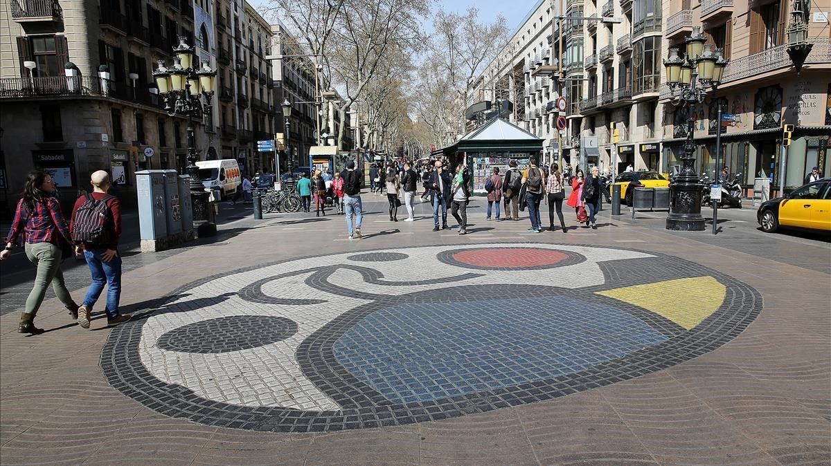 Media entrada en la Rambla de Barcelona, una de las arterias más turísticas de la capital catalana.