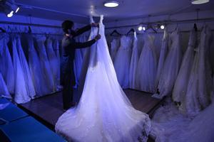 Un dependiente arregla un vestido de novias en una tienda de Kabul, este jueves.