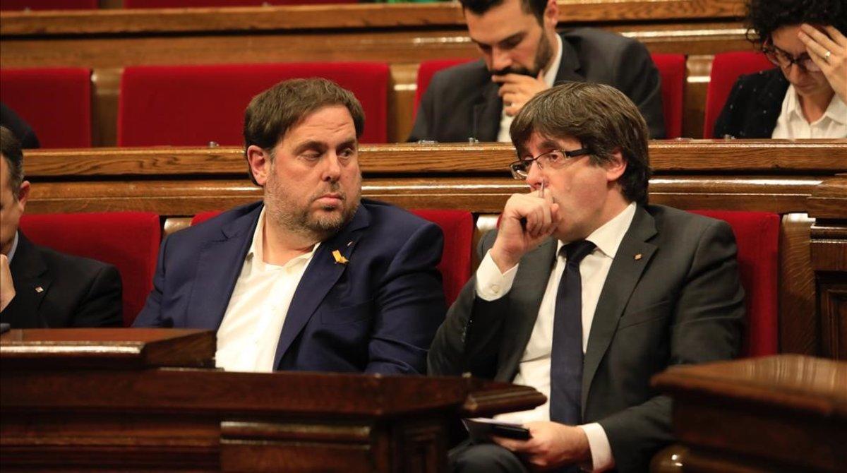 Oriol Junqueras y Carles Puigdemont, en el Parlament, en octubre del 2017.