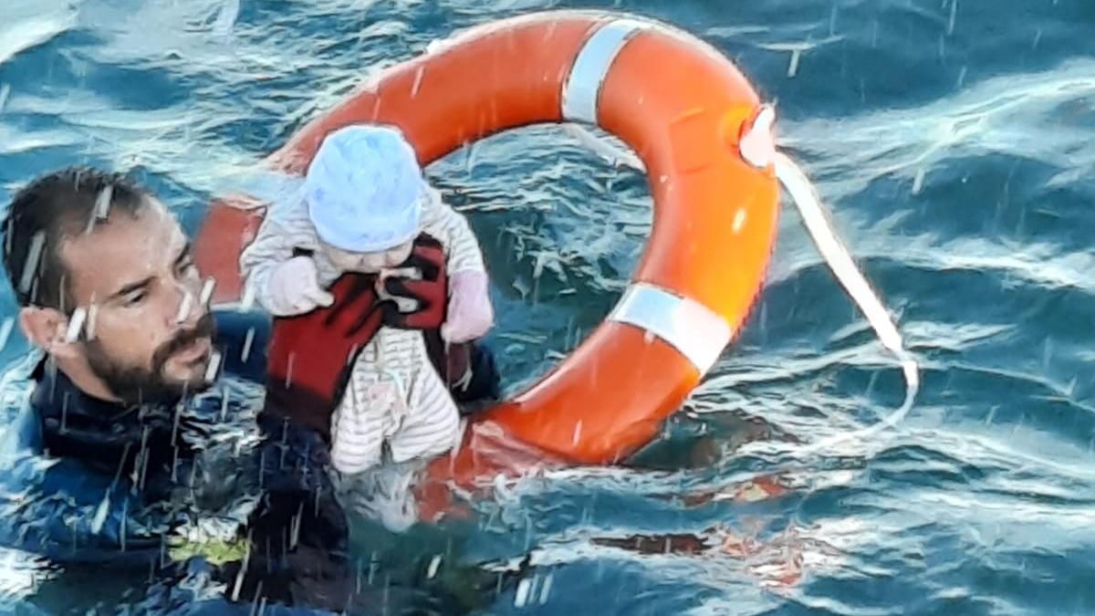 El rescate en el mar de un bebé, la imagen del drama de Ceuta