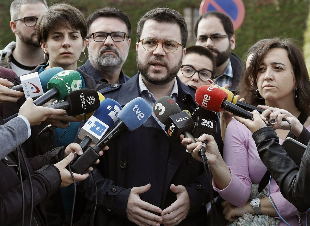 El coordinador nacional de ERC y vicepresidente del Govern, Pere Aragonès, atiende a los medios, en Barcelona