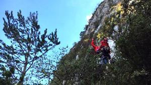Un momento del rescate del escalador por parte de los bomberos.