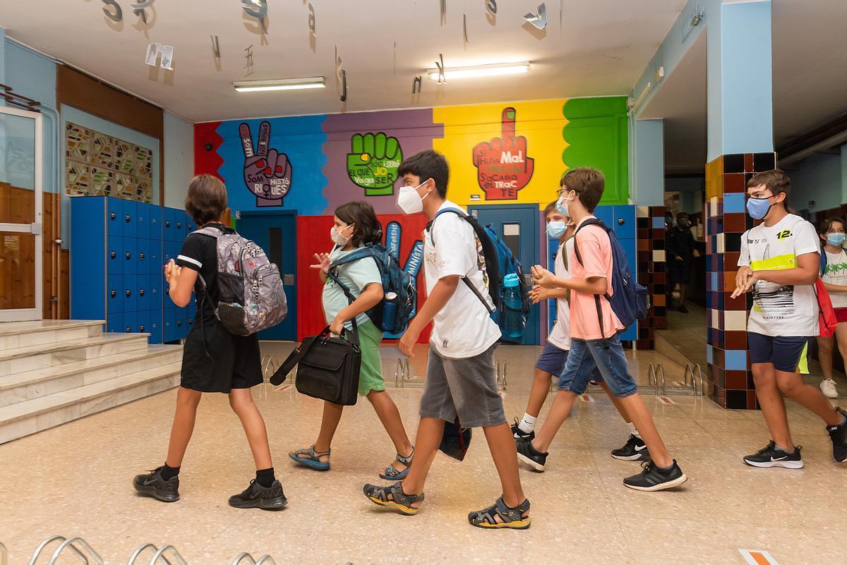 Los alumnos del Institut Joan Oró de Lleida se disponen a entrar en clase.