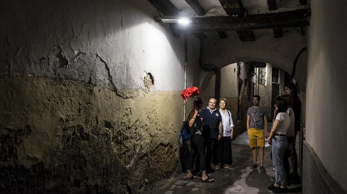Clientes atendiendo explicaciones durante el tur sobre fantasmas de Icono Serveis Culturals.