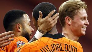 Depay y De Jong felicitan a Wijnaldum por uno de losa dos goles marcados a Bosnia.