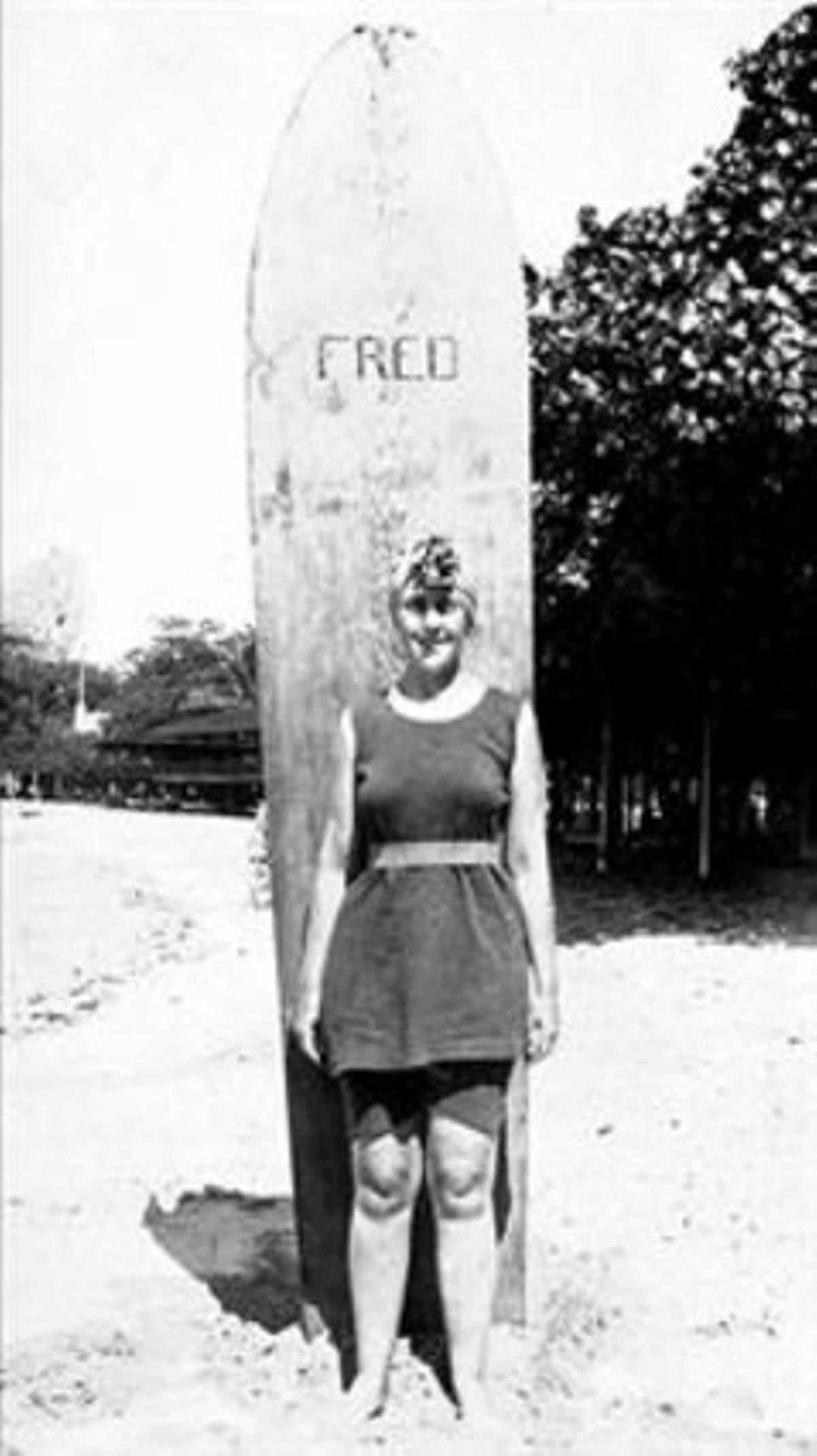 1. El bañador  verde esmeralda, «la joya de mi vida», que Agatha se compró en Honolulu.2. La autora  (a la derecha) , cámara en mano, a bordo del 'Kildonan Castle'.3. Archie Christie en Sudáfrica.4. Agatha Christie,  con uno de sus vestidos favoritos.