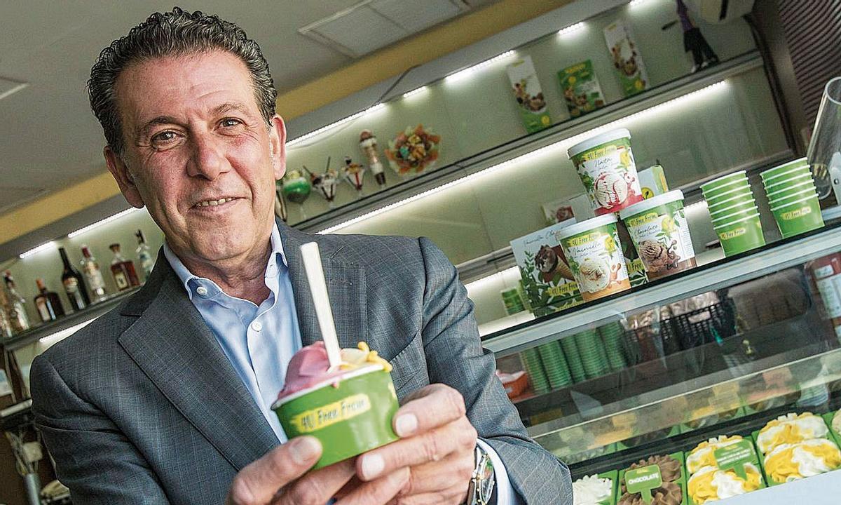 Joaquín Lancis, con una tarrina de helado vegano.
