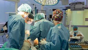 El Hospital Clínic hace una operación de cadera sin hospitalizar al paciente.