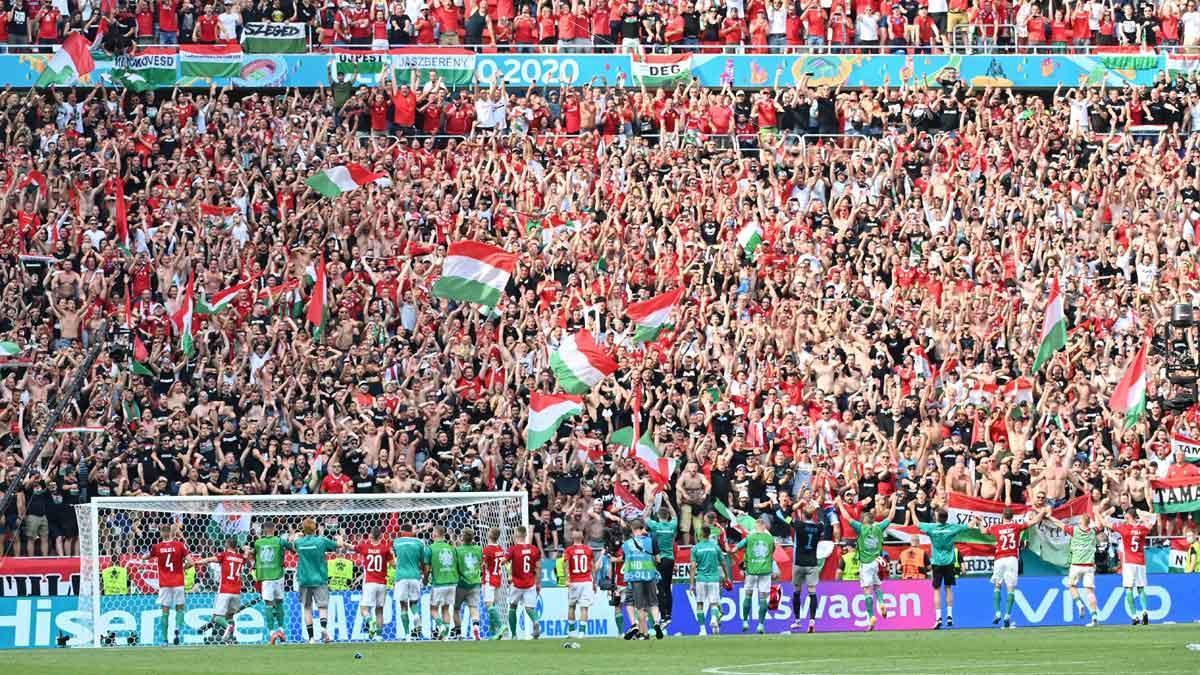 Los jugadores de la selección de Hungría se dirigen a sus fans tras el encuentro disputado entre Hungría y Francia en el Puskas Arena de Budapest.