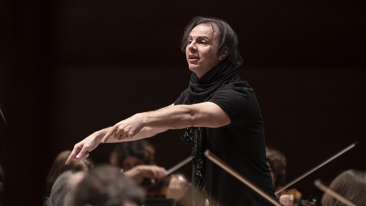 El director de orquesta griegoTeodor Currentzis, con la orquesta Sinfónica SWR Stuttgart.