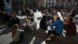 BARCELONA 23 01 2021 Barcelona Terrazas y plaza llenas en la hora del vermut  en la Pca   del sol del barrio de Gracia  La gente aprovecha al maximo el reducido horario de servicio de los bares  por el confinamiento del covid-19  que va de 13h a 15h30    FOTO de RICARD CUGAT