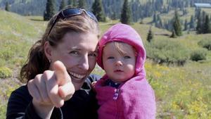 Una de las doctoras de la iniciativa Science Moms, Emily Fischer, con su hija en un anuncio de la campaña educacional