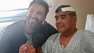 Maradona junto a su médico de cabecera, Leopoldo Luque.
