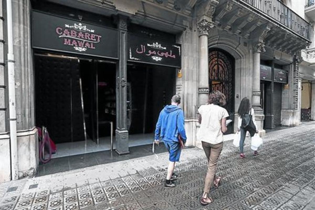 Las puertas del antiguo club de alterne Bailèn 22, reconvertido ahora en una discoteca de música árabe.