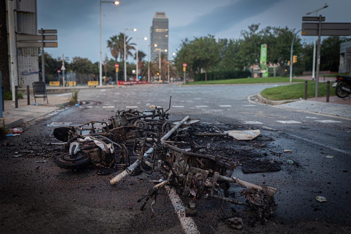 Motos quemadas tras el botellón del Bogatell.