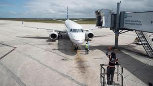 Un avión de pasajeros en el aeropuerto de Santo Domingo.