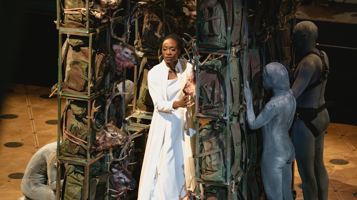 La soprano Jeanne de Bique, en un momento del segundo acto de 'El cazador furtivo', en la simbólica versión de Carlus Padrissa.