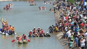 Participantes en la Transsegre durante el tramo final en Balaguer, estedomingo por la mañana.