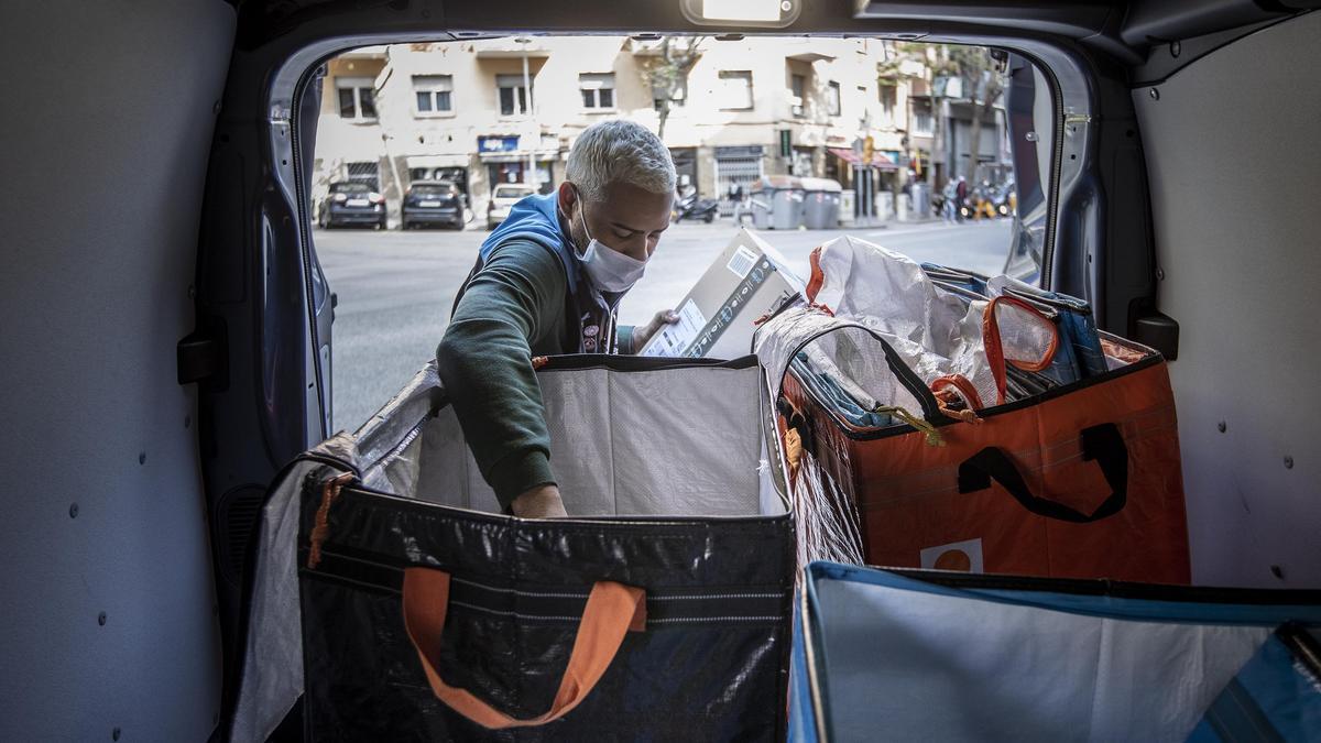 Repartidor de una conocida marca de comercio electrónico, la semana pasada, en Barcelona