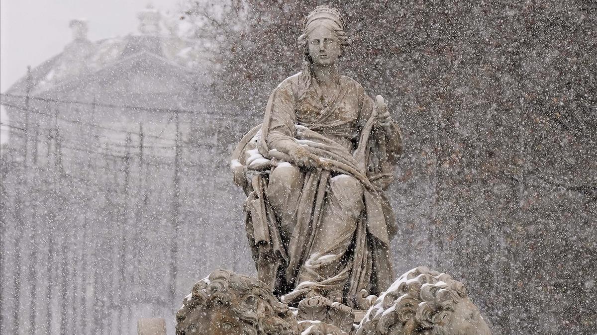 La fuente de la Cibeles, en Madrid, durante una nevada.