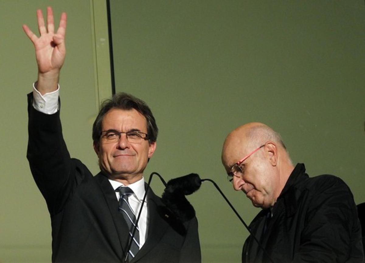 Duran Lleida (derecha) pasa junto a Artur Mas mientras este saluda a sus seguidores, la noche del 25-N.