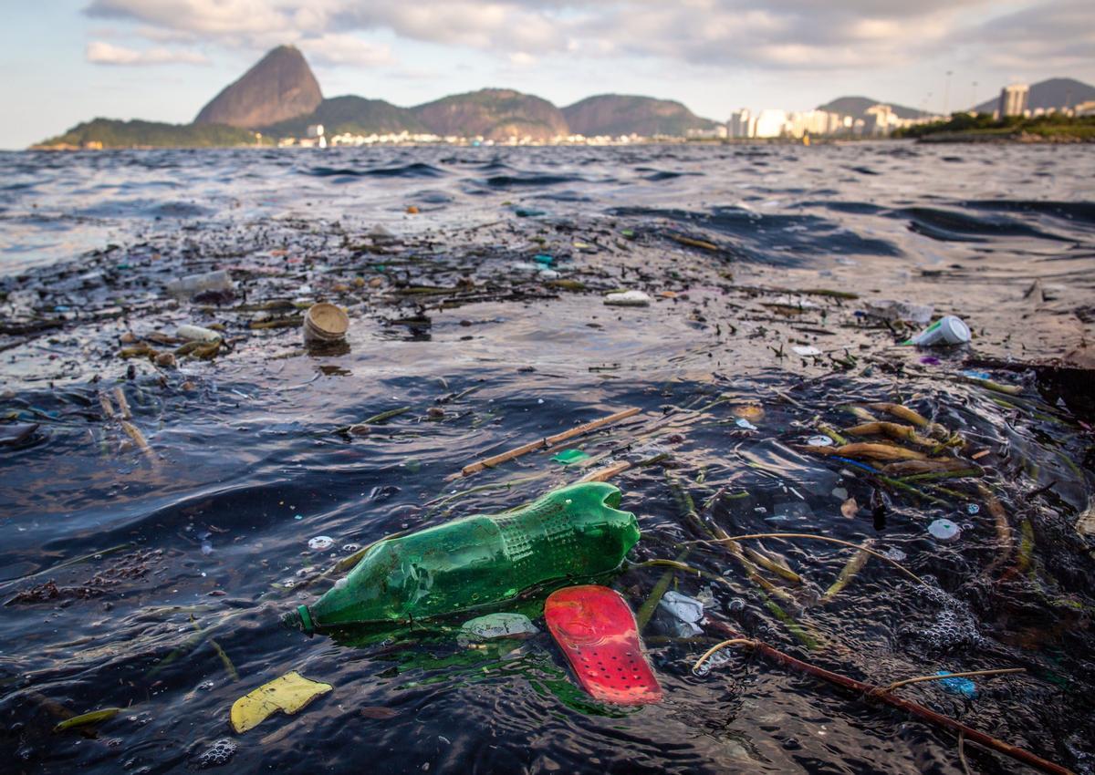 Fotografía tomada el pasado 2 de junio, que muestra basura que flota en las aguas de la bahía de Guanabara,  en Río de Janeiro.