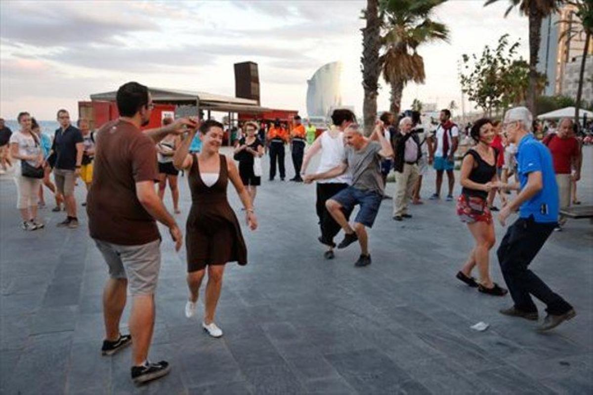 'Clandestino' de swing, el pasado lunes, junto a la playa de Sant Miquel, cerca de los cubos de la Barceloneta.