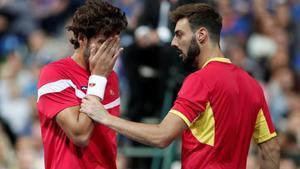 Feliciano López se toca la cara tras recibir el impacto de una bola, junto a Granollers, en Lille.
