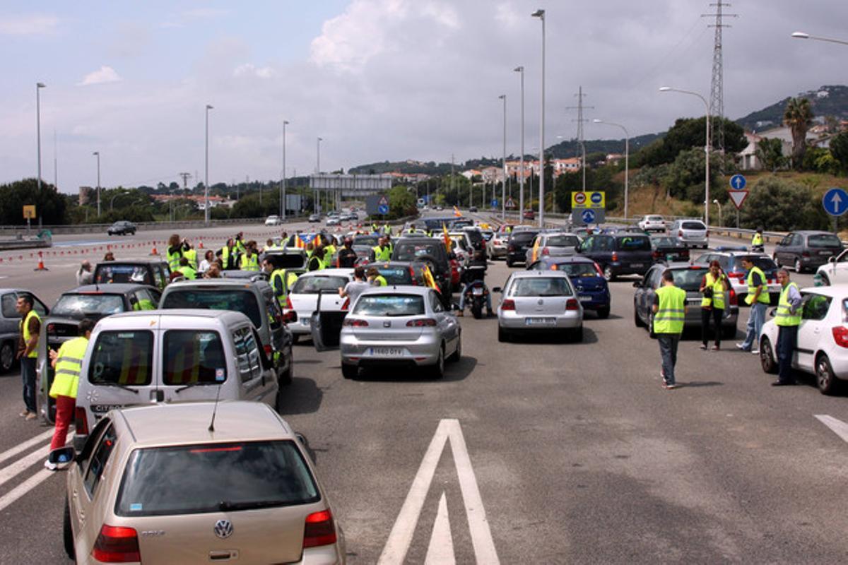 Protesta de usuarios en Vilassar de Mar para no pagar los peajes