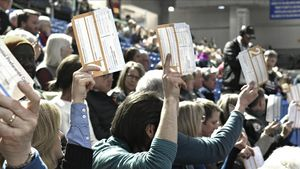 Miembros de un caucus de Iowa votan en la universidad Drake, en Des Moines.