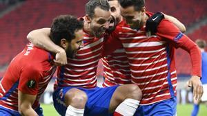 Los jugadores del Granada celebran el gol ante el Molde para clasificarse en Europa League.