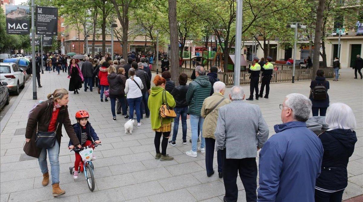 Colas para votar en el colegio Ausias March en el barrio de Les Corts (Barcelona)