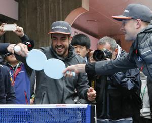 Fernando Alonso bromea en el circuito de Shangai.