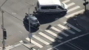 Va robar un cotxe, va intentar fugir i va acabar xocant contra una furgoneta.