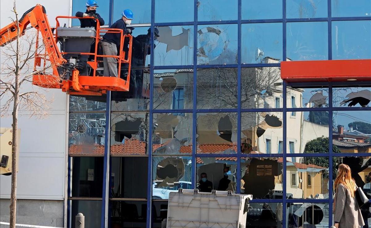 Limpian las pintadas y reparan los destrozos de la comisaría de Mossos de Vic tras los incidentes por la detención de Pablo Hásel.