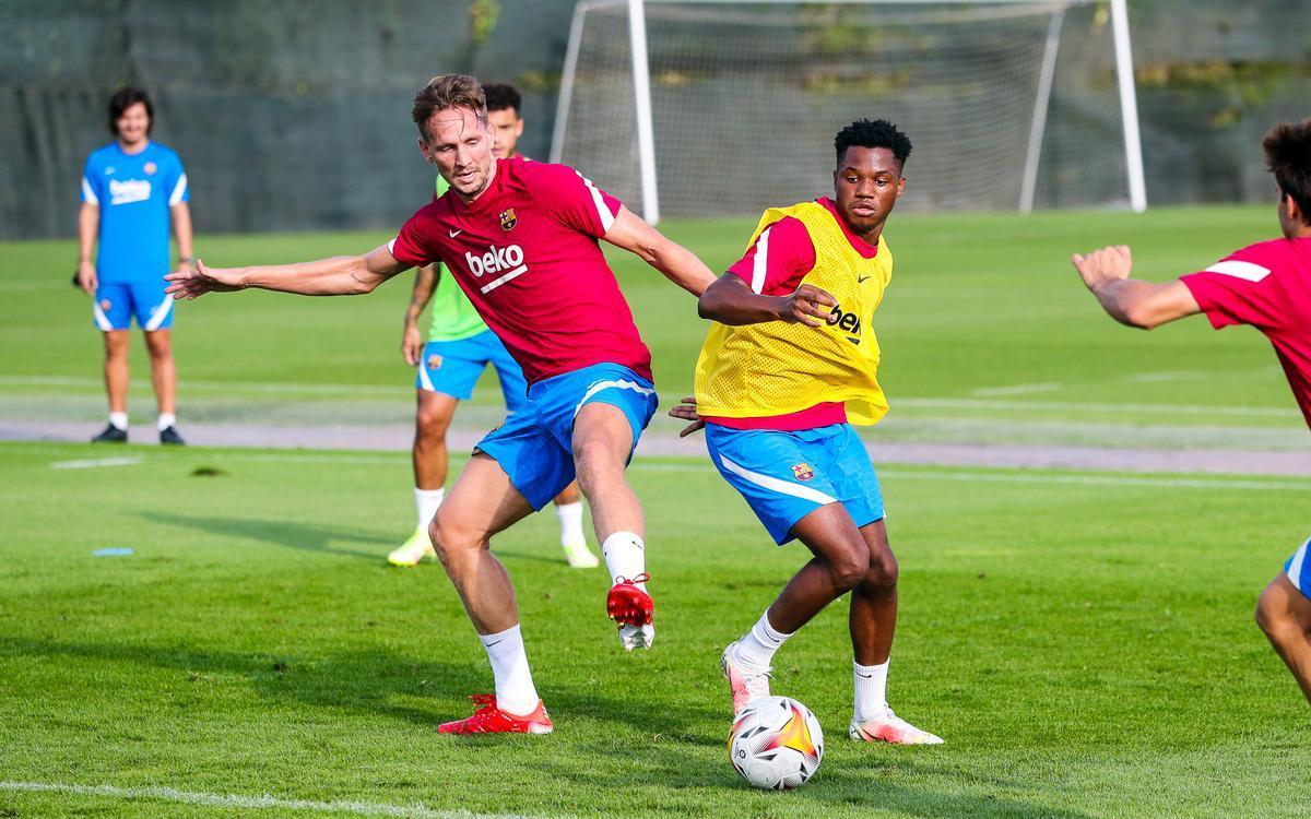 Luuk de Jong pelea por un balón con Ansu en su primer entrenamiento con el Barça.