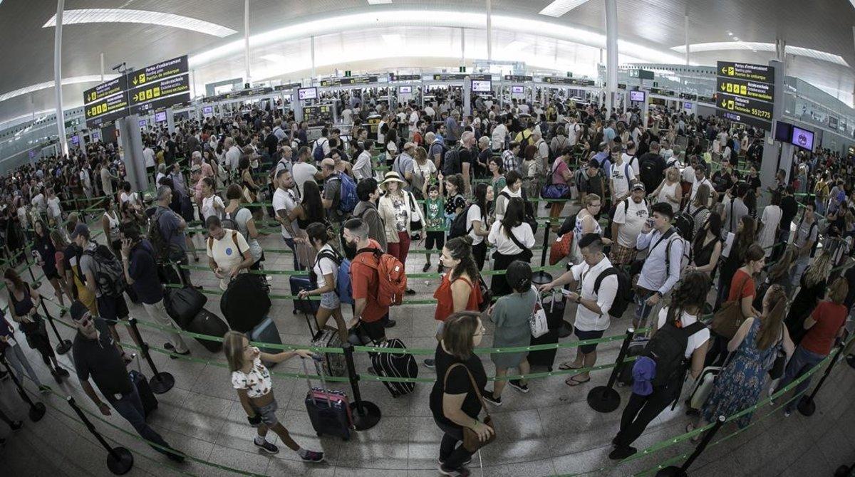 Acceso al filtro de seguridad en el primer día de huelga de vigilantes en el aeropuerto de Barcelona.
