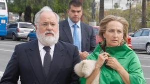 El comisario europeo, Arias Cañete, acompañado de su esposa, Micaela Domecq