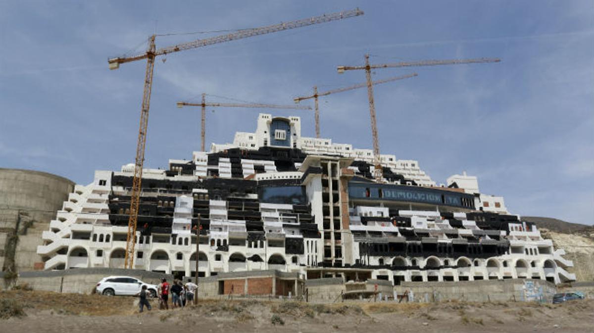 Greenpeace pinta de negro parte de la fachada del hotel El Algarrobico para señalarlo como un punto negro de la costa