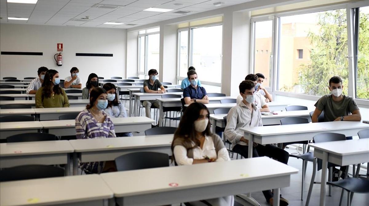 Alumnos con mascarilla en la Facultad de Humanidades y Ciencia de la Comunicación de la Universidad privada CEU San Pablo durante el primer día del curso 2020-2021 en Madrid.