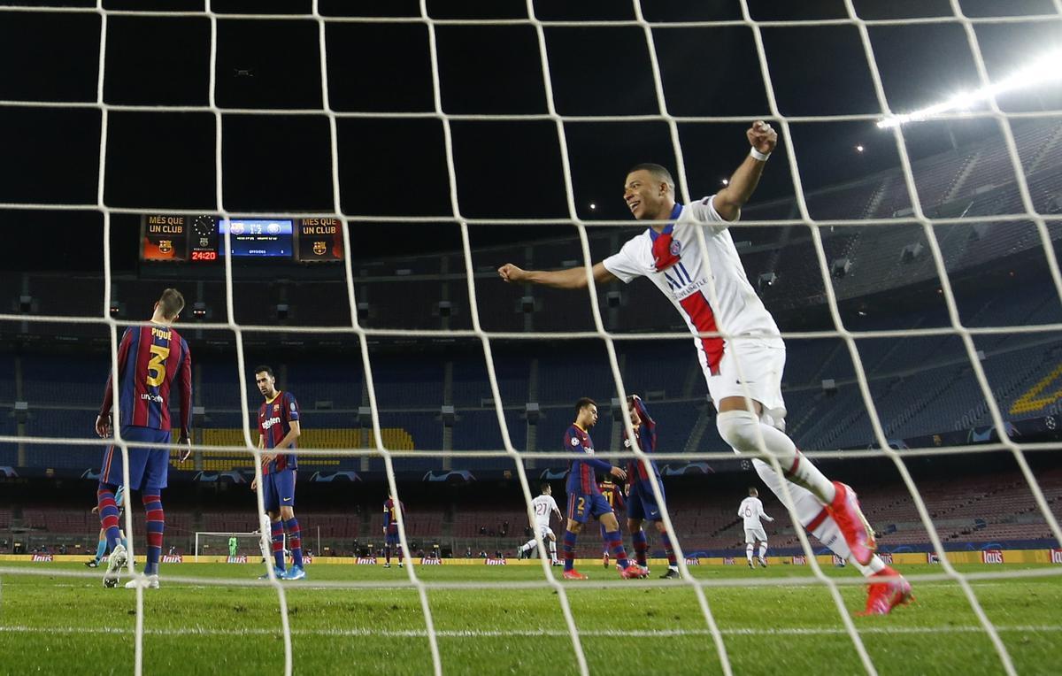 Mbappé celebra un tanto en el Camp Nou.
