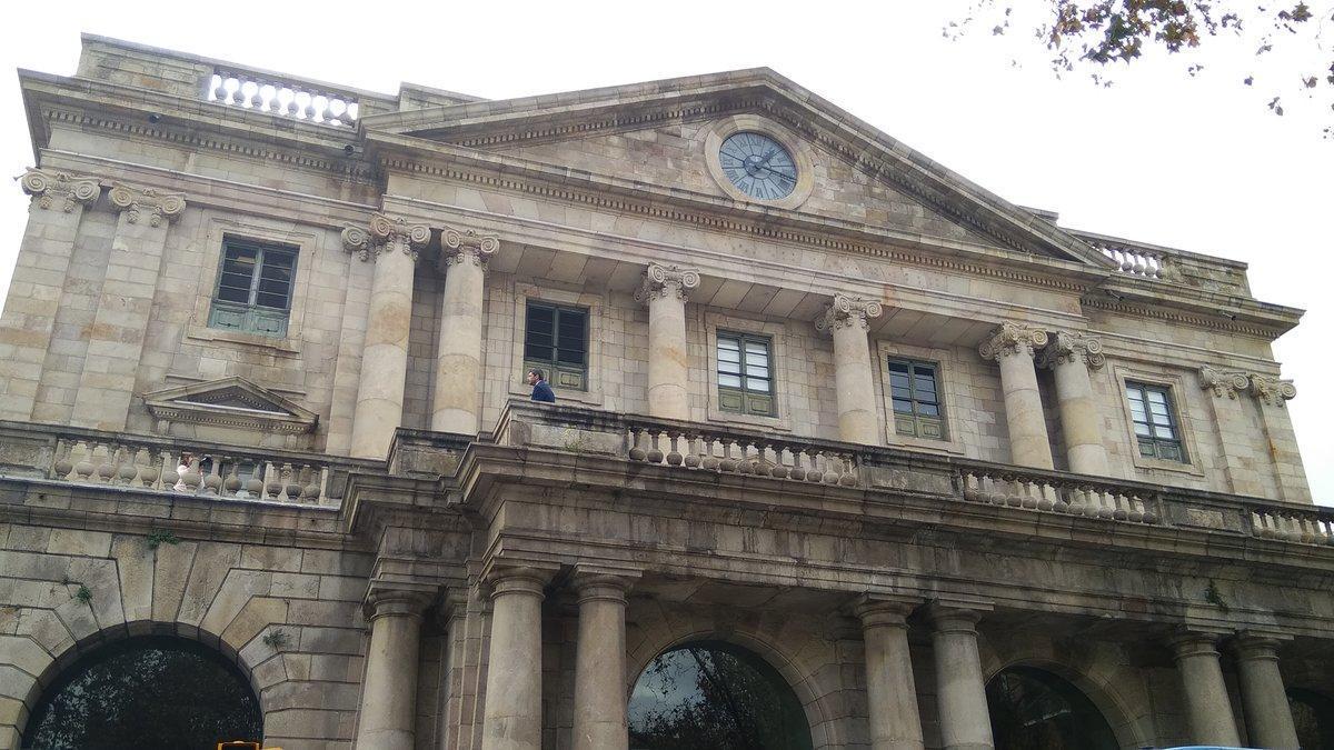 Canadell en plena sesión de fotos oficiales en el balcón principal de la Llotja de Mar, sede de la Cambra de Comerç de Barcelona.