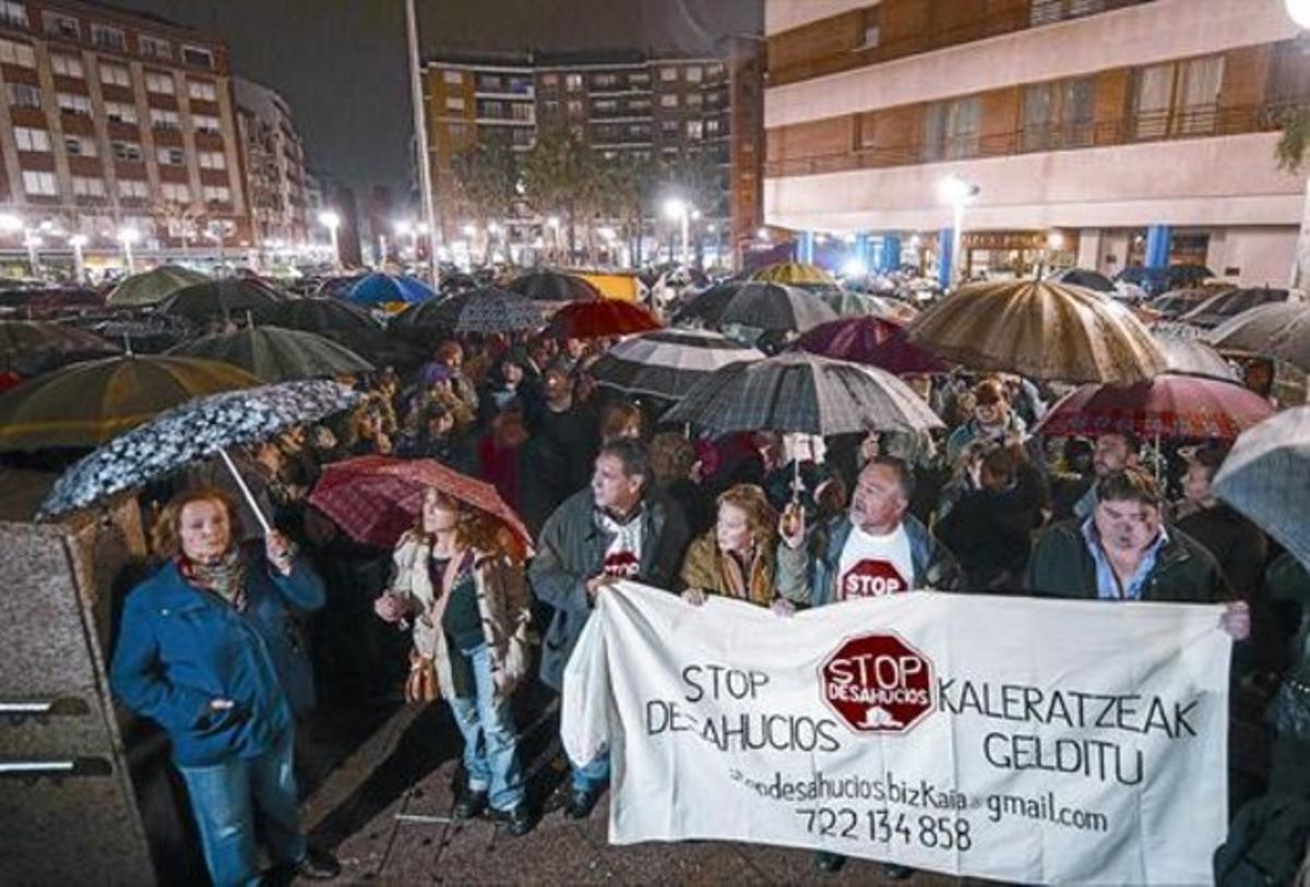 Multitudinaria protesta en Barakaldo, ayer tarde, tras el suicidio de una vecina justo cuando iba a ser desahuciada de su piso.