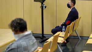 Los acusados de violar a una mujer para dejarla embarazada y quitarle al bebé, el martes, durante el juicio en València.