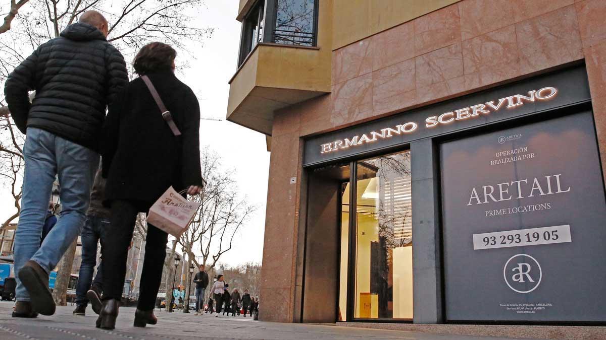 Unos operarios vacían la tienda de paseo de Gràcia investigada por Anticorrupción.