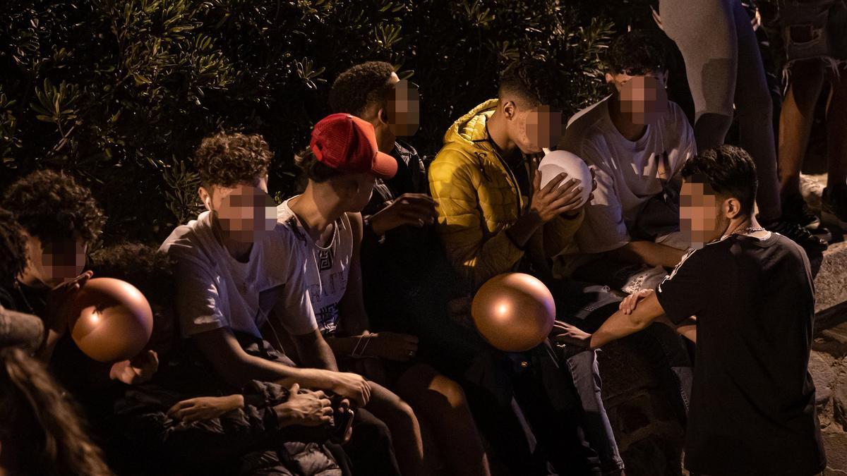 Barcelona 27/09/2021 Barcelona Varios jóvenes inhalan óxido nitroso a través de globos en el botellón de la Playa de Bogatell. AUTOR: JORDI OTIX
